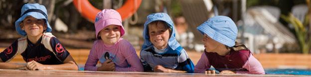 Kinder mit UV-Shirt und Sonnenhüte von hyphen mit UPF 80